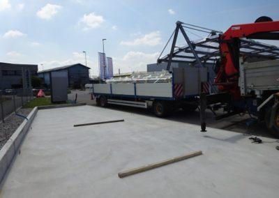 Lastwagen mit Stahträger ist bereit zum abladen