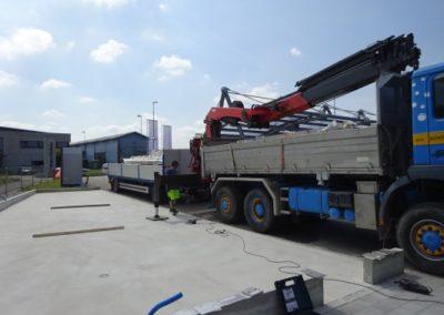 Lastwagen lädt mit Kranen Material ab
